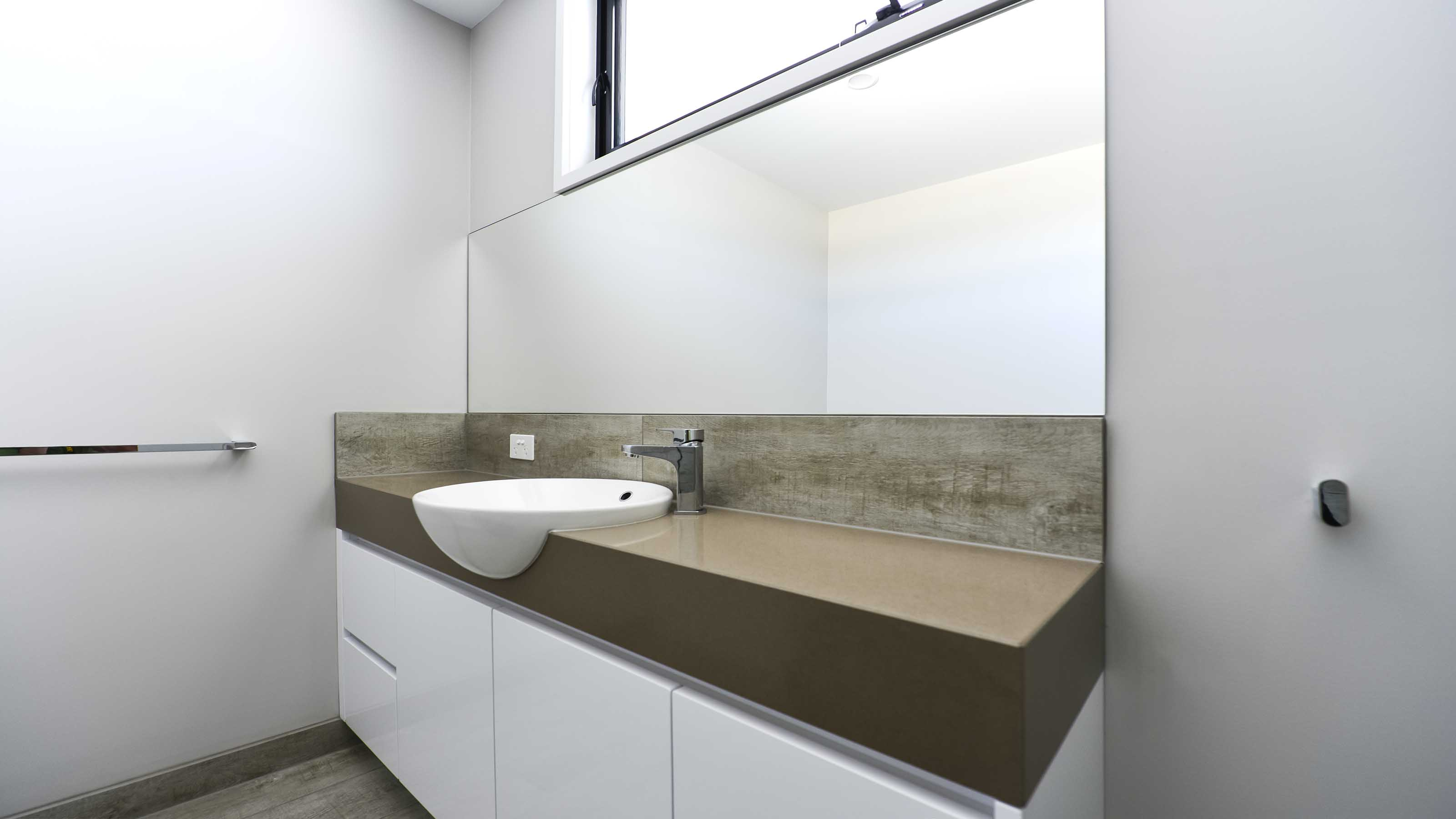 Mirrors bathroom ensuite geelong splashbacks reflect for Sink splashback ideas